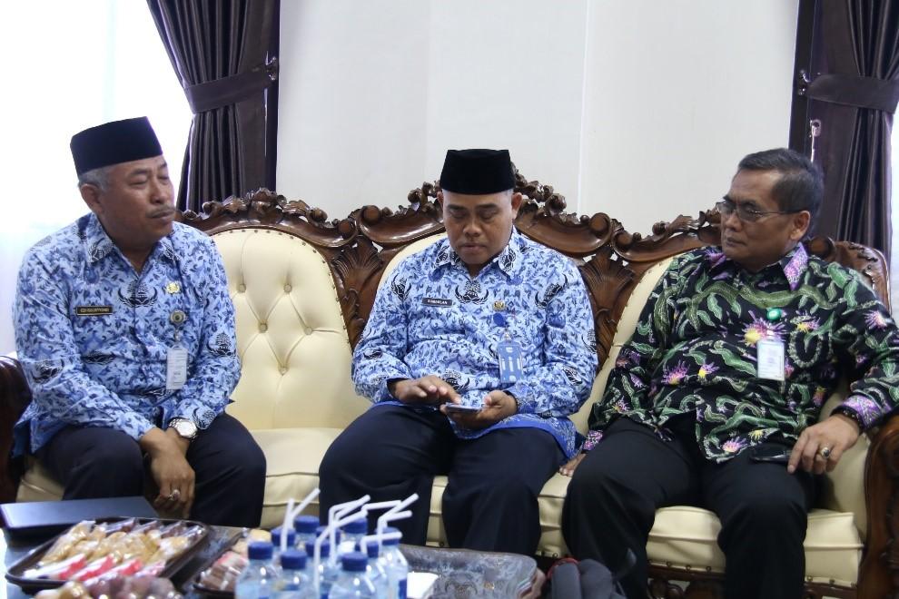 Gambar 1. Dari kiri: Dr. Edi Sulistiyono (Kadinkes Kab. Pati), Bp. Sumarlan SKM (Ketua Forum Puskesmas Kab. Pati) dan Bp. Sundoyo, SH (Kepala Biro Hukum & Organisasi Kemkes)